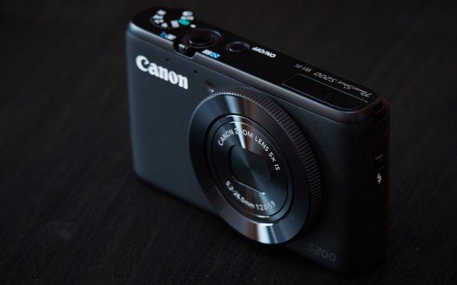 Im eingefahrenen Zustand sehr flach: Die Canon PowerShot S200