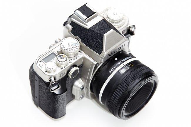 Nikon Df + 50 mm f/1.8G SE: Einstellräder, Zubehörschuh und Handgriff