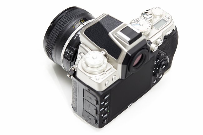 Nikon Df + 50 mm f/1.8G SE: Anschlüsse, Display und Sucher