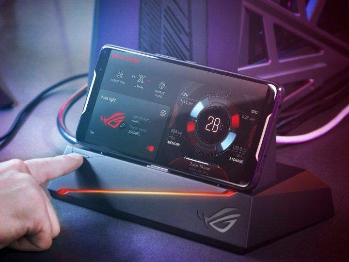 Als Zubehör wird das Mobile Desktop Dock mit Gigabit-Ethernet angeboten, mit dem man das Asus ROG Phone an einen 4K-Fernseher anschließen kann