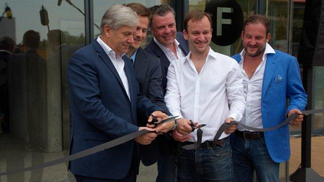 Die Berlin Factory wird von Berlins regierendem Bürgermeister Klaus Wowereit (li.) sowie Vertretern der Berlin Factory und Google eröffnet