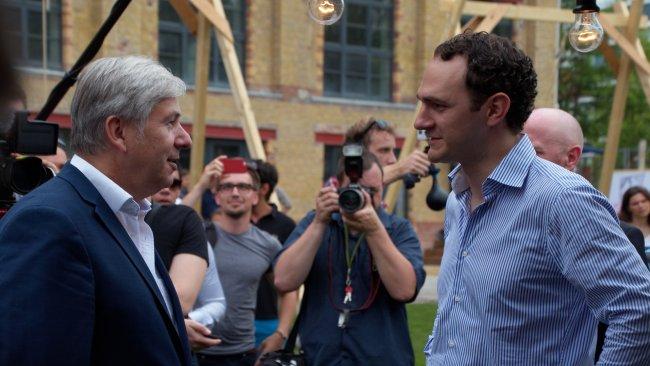 Kurzgespräch: Klaus Wowereit (li.) im Gespräch bei Twitter, während der Eröffnungsfeier der Berlin Factory