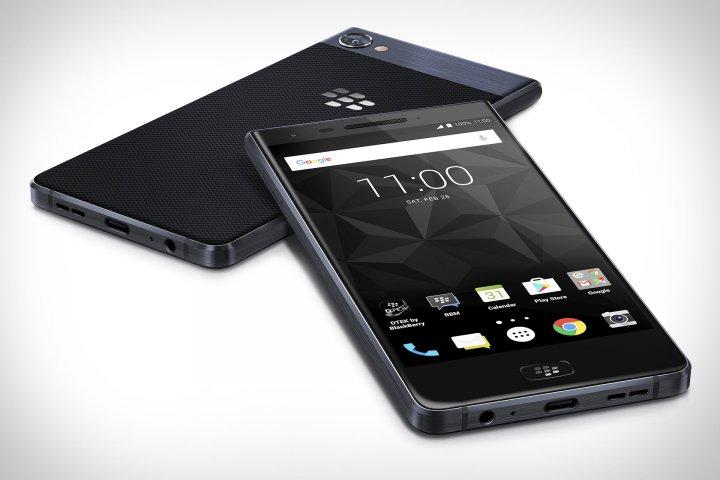 Auffällig ist die Karbon-Optik der Rückseite des BlackBerry Motion