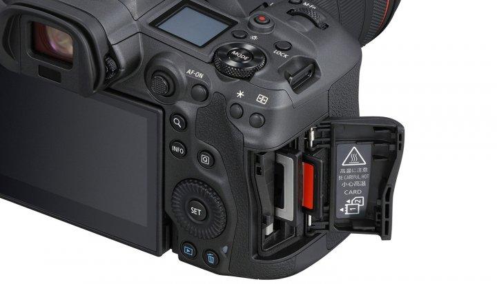 Canon EOS R5: Neben CFexpress ist auch ein SD-Karten-Slot mut UHS-II-Unterstützung vorhanden (Bild: Canon USA)