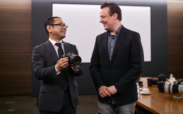 Naohiko Hayashi (Canon; li.) im Gespräch mit Matthias Proske (ValueTech; re.) über die Canon EOS R5