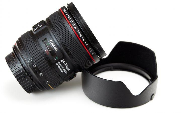 Canon EF 24-70 mm f/4L IS USM: Im Lieferumfang befindet sich neben der Streulichtblende noch ein Objektivköcher
