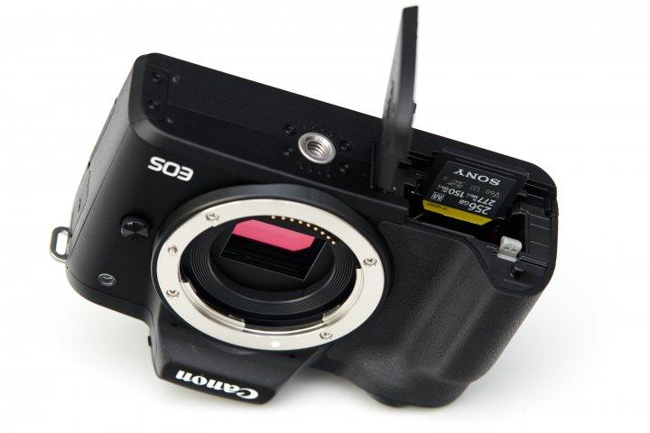 Canon EOS M50 Mark II: SD-Speicherkarten und Akku werden an der Unterseite eingelegt