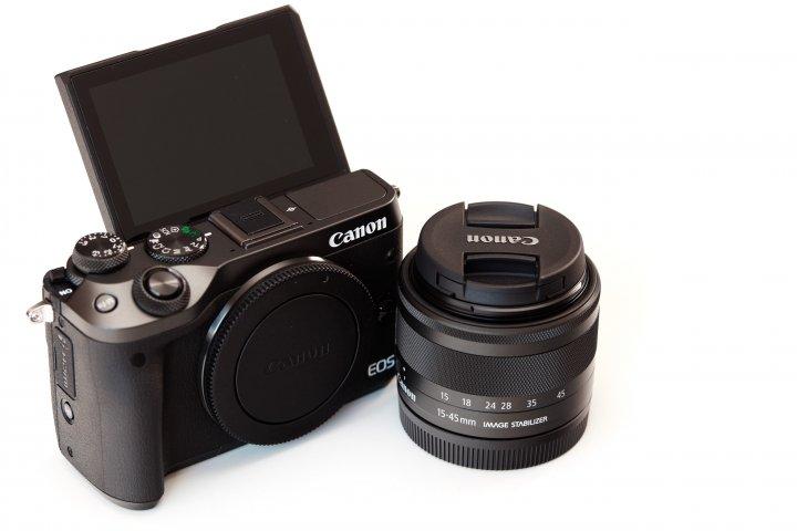 Canon EOS M6: Das Display lässt sich um bis zu 180 Grad nach oben klappen