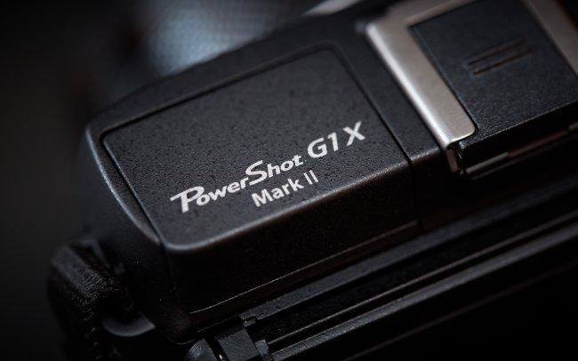 Canon PowerShot G1 X Mark II - Die 2. Generation ist nur an dem kleinen Schriftzug oberhalb des Pop-Up-Blitzes zu erkennen.
