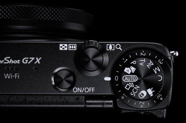 Auf der Oberseite finden sich neben dem Auslöser auch Bedienelemente für Aufnahmemodi und Belichtungskorrektur [Bildmaterial: Canon]