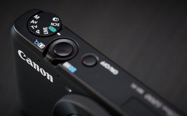 Canon PowerShot S200 - die Oberseite wirkt aufgeräumt