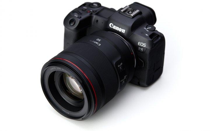 Canon EOS R5 zusammen mit dem RF 50mm f/1.2L USM
