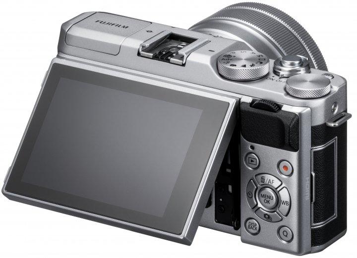 Fujifilm X-A5: Das 3-Zoll-Touchdisplay lässt sich wie gewohnt um bis zu 180 Grad nach oben klappen [Bildmaterial: Fujifilm]