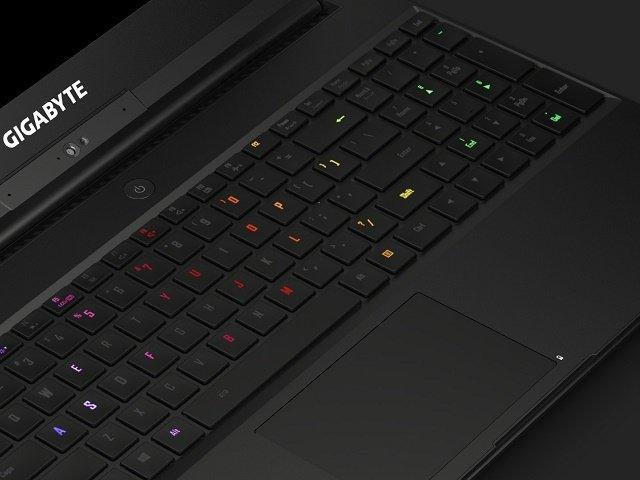 Gigabyte Aero 15: Nicht nur das Gehäuse ist farbenfroh, auch die Tastatur wartet mit einer RGB-Beleuchtung auf [Bildmaterial: Gigabyte]