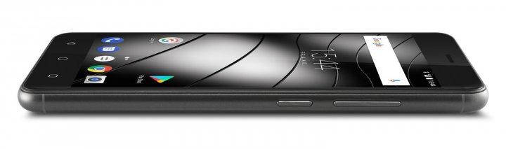 Wegen des großen Akkus fällt das Gigaset GS270 mit 9 mm etwas dicker aus als die meisten Smartphones