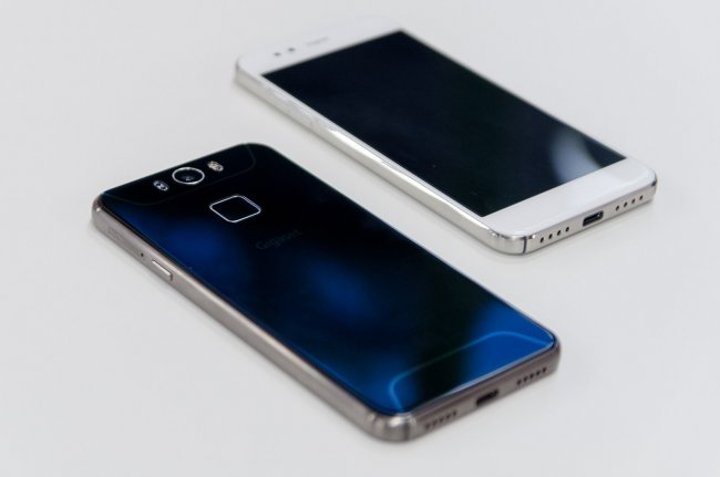Gigaset ME: Neben dem USB Typ-C Anschluss stechen die Geräte durch die auffällige Rückseite aus der Masse heraus.