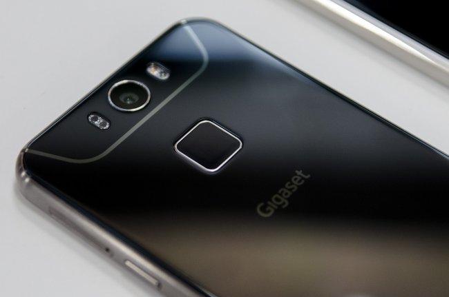 Gigaset ME: Neben der Kamera befinden sich der Dual-LED-Blitz sowie der Herzfrequenzmesser, darunter ist der Fingerscanner angebracht.