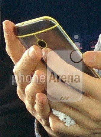 Auf diesem Foto ist das HTC One Mini 2 mit einem gelben Kunststoffrahmen zu sehen [Bildmaterial: Phone Arena]