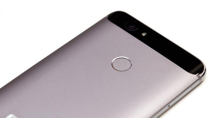 Huawei Nova: Auf der Rückseite befindet sich auch der Fingerabdrucksensor.