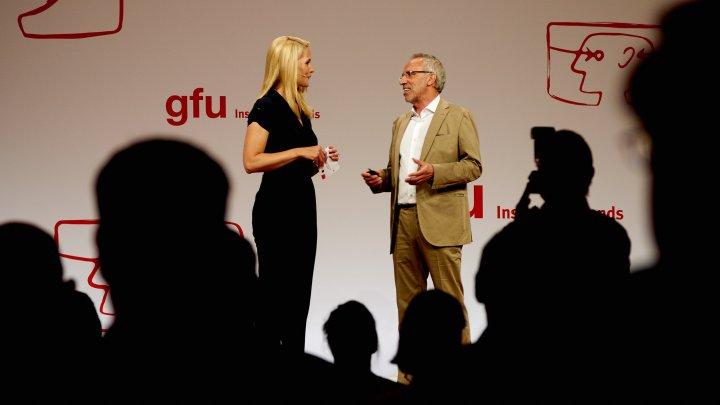 IFA IMB 2016: Judith Rakers (li.) im Gespräch mit Hans-Joachim Kamp von der gfu