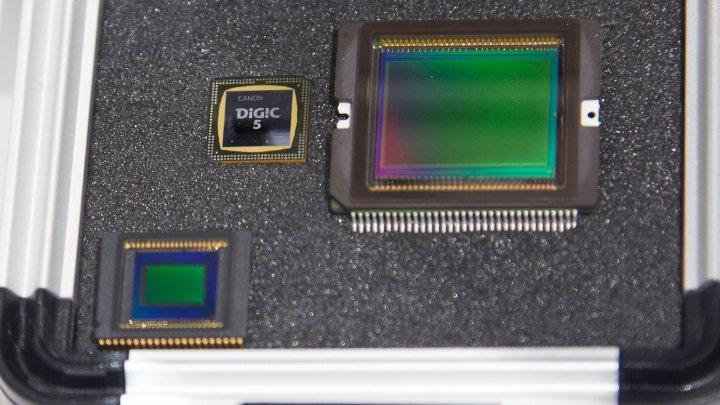 Bildsensor der Canon PowerShot G15 (unten links) und G1 X (oben rechts) im Vergleich