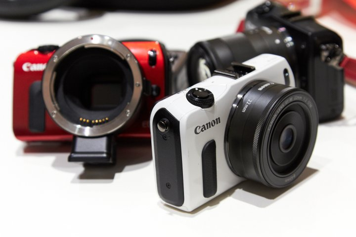 Canon EOS M in diversen Farben (Rot, Weiß, Schwarz, Silber-Metallic) auf der photokina