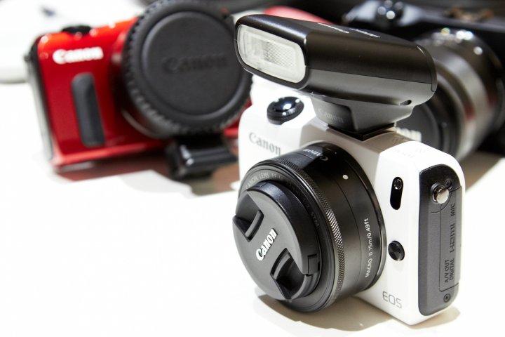 Canon EOS M mit Aufsteckblitz (Standard Zubehör) auf der photokina 2012