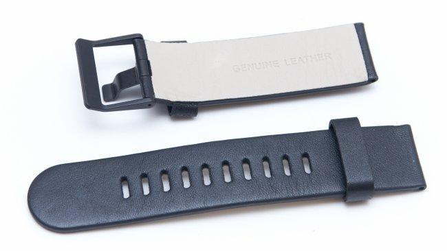 Das Standard-Armband der G Watch R besteht aus schwarzem Leder und lässt sich mit etwas Geschick schnell austauschen
