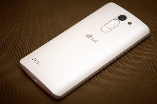 LG L Bello: Die geschliffene Optik erinnert an die G-Serie, auch die Rear Keys sind wieder mit dabei