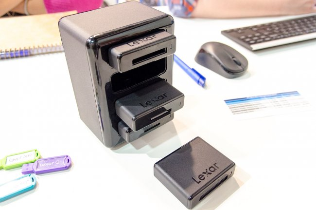 Beim Gespräch mit Lexar zeigte man uns einige interessante Sachen, zum Beispiel die JumpDrive V20 Multipacks zur einfachen Archivierung, den JumpDrive M10 mit Verschlüsselung und Füllstandsanzeige sowie die neue Workflow Reader Solution als Kartenleser und eine microSDXC 600x Speicherkarte.