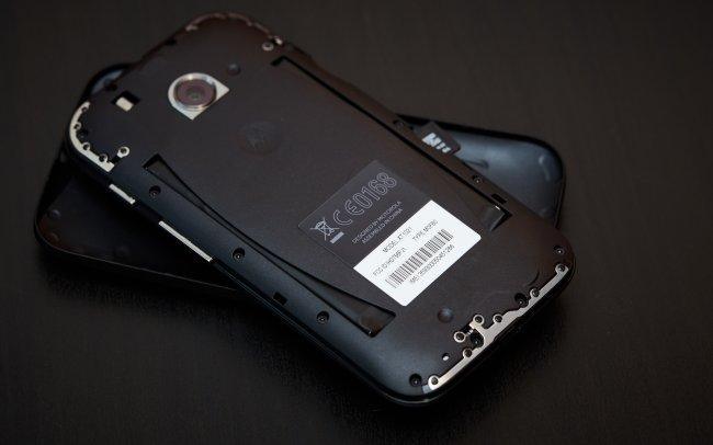 Motorola Moto E: Das Cover der Rückseite lässt sich zwar einfach abnehmen, der Akku ist trotzdem nicht frei zugänglich.