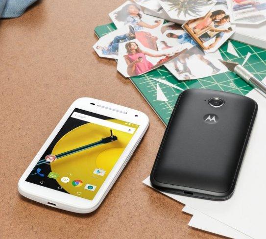 Motorola Moto E (2015): Das Design mit dem Silberstreifen bleibt erhalten, die Rückseite wirkt moderner [Bildmaterial: Motorola]