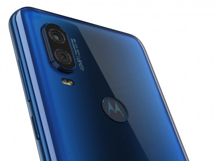 Auf der Rückseite des Motorola One Vision finden sich der Fingerabdruck-Scanner, eine 48- und eine Fünf-MP-Kamera