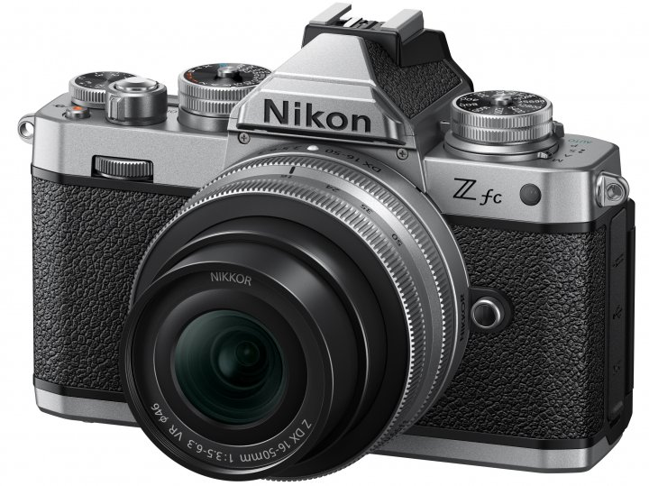 Nikon Z fc mit 16-50 mm Kit-Objektiv in der Silver Edition [Bildmaterial: Nikon Deutschland]