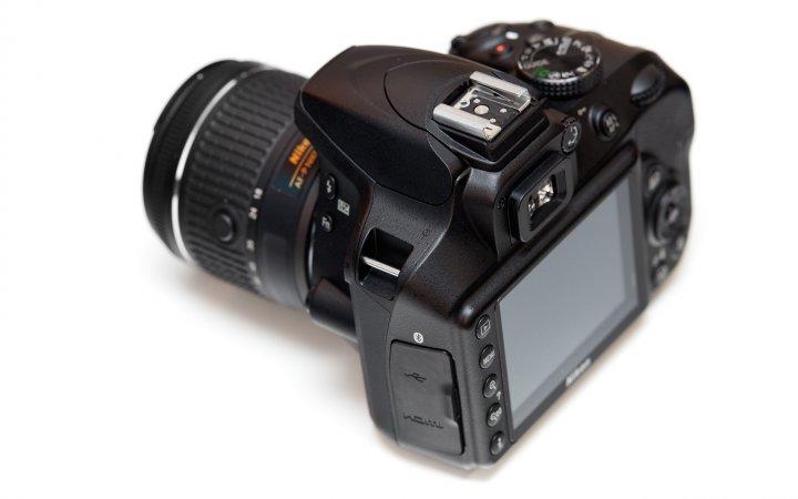 Nikon D3400: Das 3 Zoll große Display löst mit fast einer Mio. Pixel auf