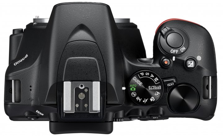 Nikon D3500: Der Hangriff fällt trotz insgesamt kleinerem Gehäuses größer aus [Bildmaterial: Nikon]