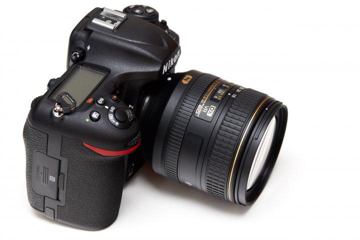 Nikon D500: Ein Schulterdisplay darf natürlich nicht fehlen