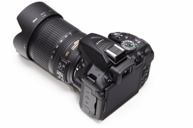 Nikon D5300 + 18-105 mm VR: Anschlüsse, Display und Stereo-Mikrofon