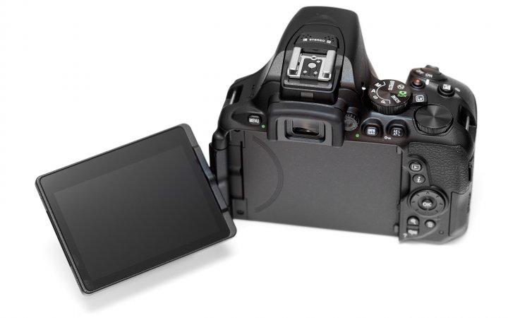 Nikon D5600: Weiterhin mit dabei ist ein großes 3,2-Zoll-Touch-Display