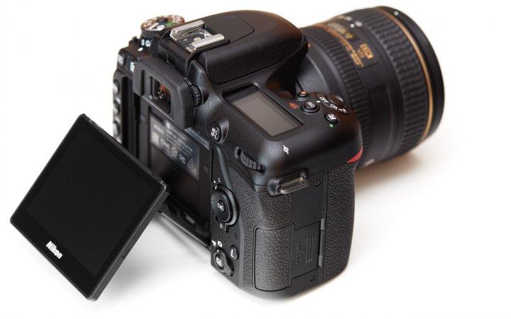 Nikon D7500: Das Display lässt sich um 90 Grad nach oben und 45 Grad nach unten kippen