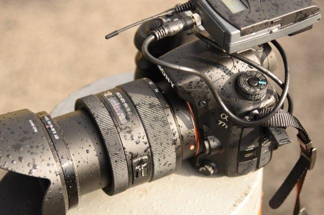 Hält dicht: Auch ein kleiner Regenschauer bringt die Sony Alpha 77 II nicht aus der Ruhe