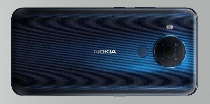 Eine Schraffierung unterhalb der Polycarbonat-Oberfläche des Nokia 5.4 ist deutlich sichtbar und sorgt für nette Farbeffekte