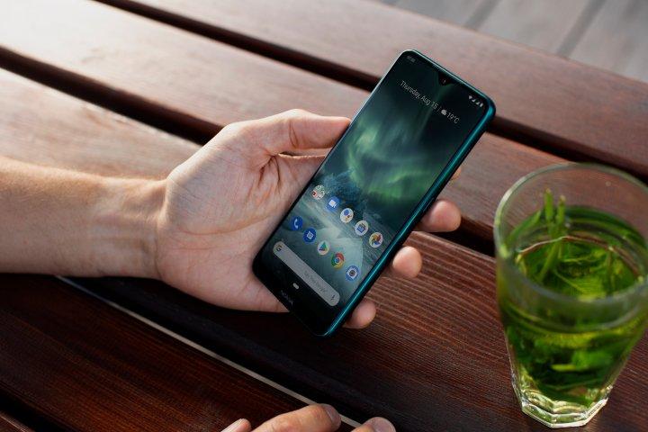 Das Display des Nokia 6.2 bietet eine gute Pixeldichte von 400 ppi, aber auch einen langsamen Helligkeitssensor