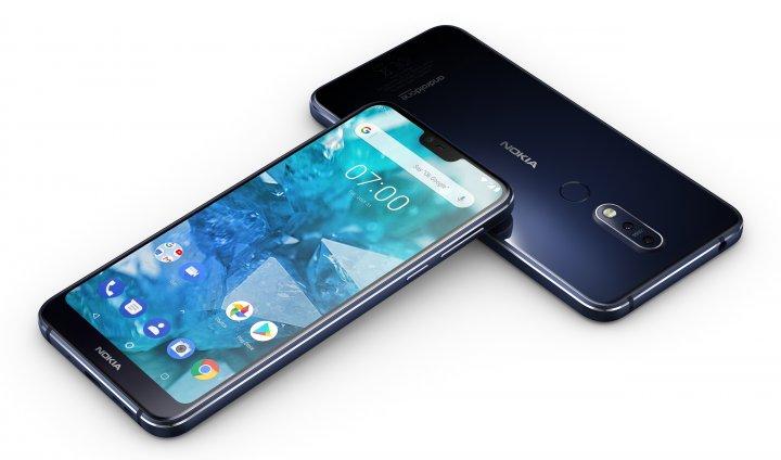 Das Nokia 7.1 orientiert sich vor am Design des iPhone X und hat hinten eine Tele-Kamera von Zeiss