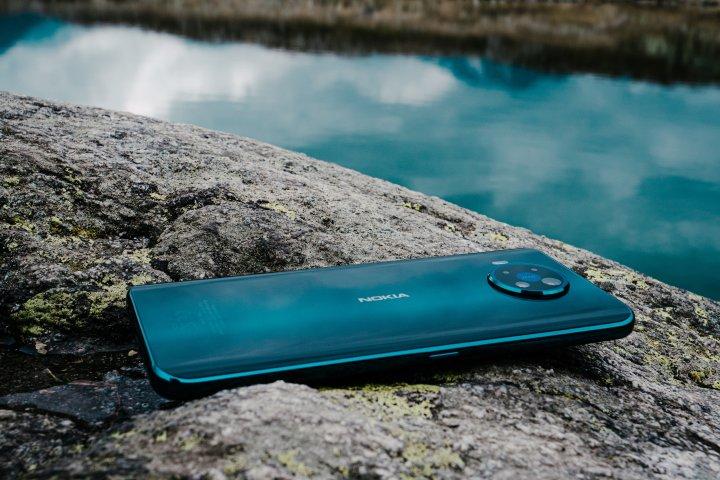 Auch, wenn das Foto es suggeriert: Das Nokia 8.3 5G hat weder Wasser- noch Staubschutz