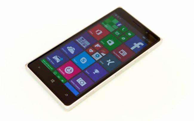 Nokia Lumia 830: Im Vergleich zu anderen Flaggschiffen setzt Nokia auf ein IPS-Panel statt AMOLED-Display