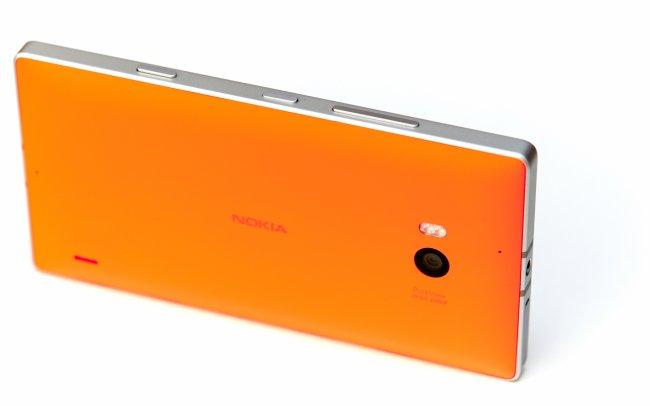 Nokia Lumia 930 - Die Rückseite ist in verschiedenen, peppigen Farben erhältlich und sehr gut verarbeitet