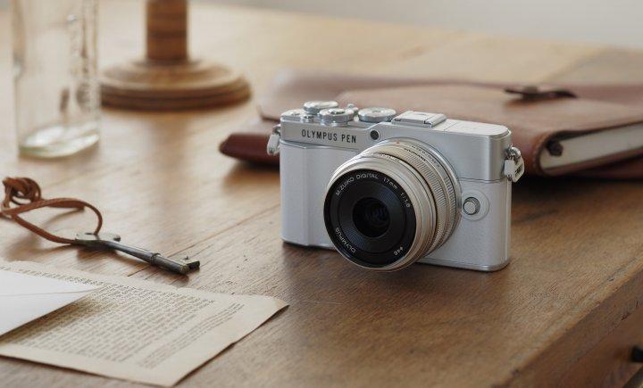 Olympus Pen E-P7: Die Kamera ist in Weiß und Schwarz verfügbar [Bildmaterial: OM Digital Solutions]