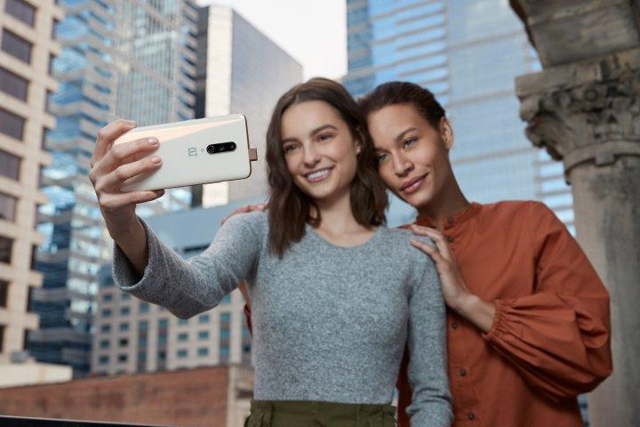 Die Pop-Up-Kamera für Selfies ist eine innovative Lösung, da so mehr Platz für das Display ermöglicht wird