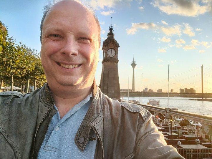 Auch wenn das OnePlus 8T keine zweite Frontkamera für Gruppen-Selfies bietet, ist die Qualität der 16-MP-Frontkamera richtig gut